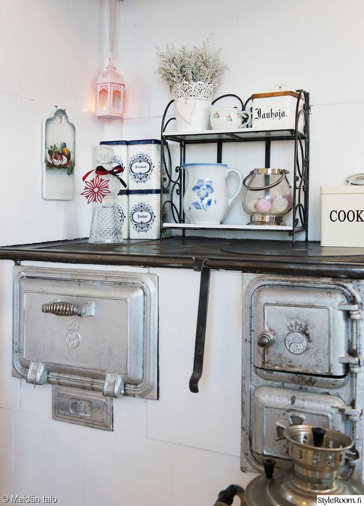 keittiö,keittiön sisustus,hella,vanha hella,vanhat purkit