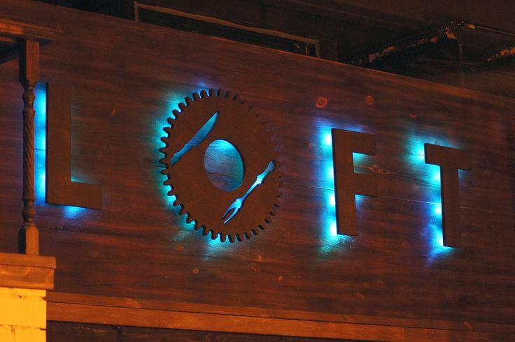 Буквы с контрсветом для ресторана Loft. Материалы: фанера, диоды RGB, сосна. Обработка: фрезеровка, обжиг..