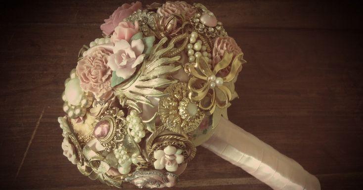 Buquê elaborado com peças vintage em tons de rosa antigo e dourado; da Buquê de Broches (www.buquedebroches.blogspot.com.br), a partir de R$ 1.200. Preço pesquisado em janeiro de 2013 e sujeito a alterações