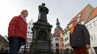 Moderatoren an Lutherdenkmal | Bildrechte: MDR/Steffen Kießling