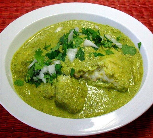 Fácil, ligera y muy nutritiva es esta preparación de pescado al horno aderezado perfecetamente con una salsa de cilantro y crema.