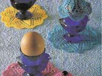 Еще одна салфетка для яиц / Еще несколько идей про украшение пасхального стола. Это связанная крючком накидка на яйцо и салфетка, украшающая подставку для ...