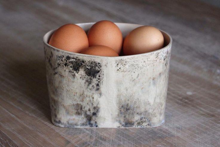 Dagens gåbortpresent: Ägg från egna hönor i egengjord keramik. Eget va? Och de mycket närproducerade äggen kommer naturligtvis att finnas i Lilla Vicklebys hantverk i sommar.  #keramik #konsthantverk #hantverk #ägg #present #lillavicklebyshantverk #rumpvärk #inredning #ölandspirar #vickleby #öland
