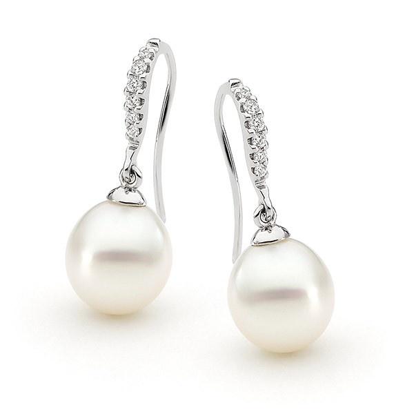 Los pendientes NEPTUNO son unos pendientes de perla australiana cultivadas procedentes de los mares del sur. Se trata de uno de los diseños más originales del catálogo de pendientes con perlas y diamantes. La elegancia de la montura unida al brillo y a la calidad de las perlas que cuelgan de la misma, hacen de ésta joya una de las piezas más destacada de nuestra colección de perlas con diamantes. Puedes adquirirlos en www.joyeriaydiamantes.com