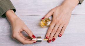 DIY : soin réparateur pour ongles à l'huile de jojoba En savoir plus sur http://www.clicbienetre.com/beaute/soins-cosmetiques-maison/diy-soin-reparateur-pour-ongles-a-l-huile-de-jojoba-8355#cREhFgRfQJXjA6fc.99