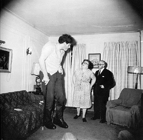 jewish giant at home with his parents in the bronx, dianne arbus
