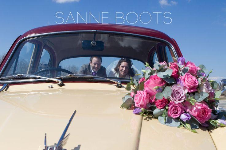 #Autobloemstuk. Helemaal in #stijl met de #boeketten voor de #bruid en de #bruidsmeisjes.