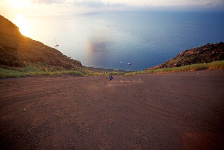 Stromboli, sulla sabbia con gli sci: freeriders sul vulcano