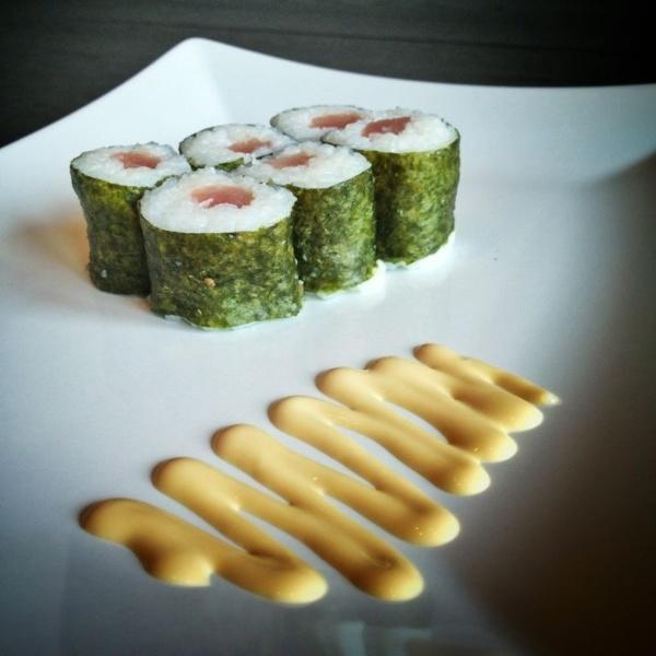 Maki sushi is een dunne rol van rijst met Nori aan de buitenkant. In het midden van de rol vind je 1 ingrediënt. Maki is eigenlijk het kleine broertje van de Futomaki. De varianten die je bij de meeste Japanse restaurants kunt bestellen zijn krab, tonijn, zalm, Japanse radijs, Japanse omelet en komkommer. Lees hier hoe je zelf Maki sushi kunt maken. #recept #instructie #sushi