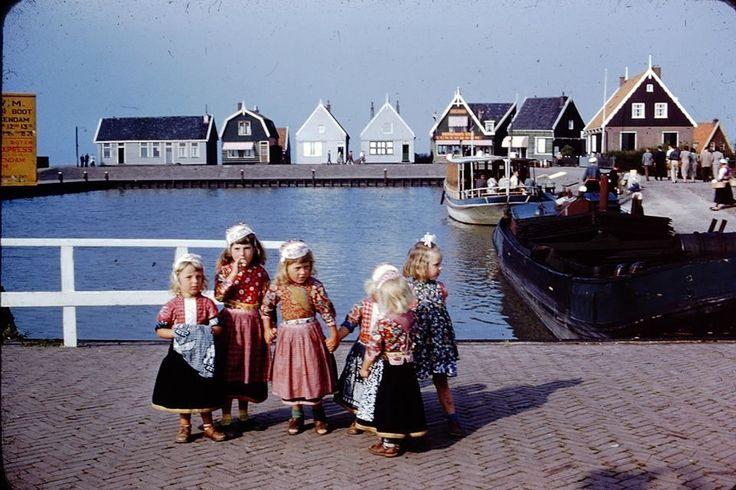 Marken 1955 jongens en meisjes in de haven van Marken