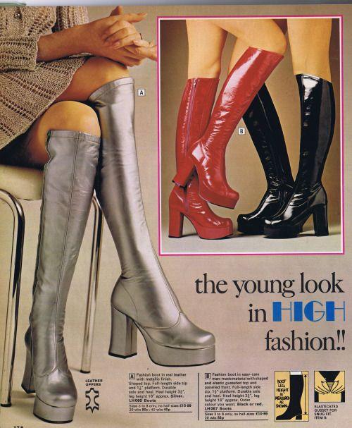 Anúncio das 70's platform boots muito usadas pelas mulheres que iam dançar para disco clubs como o Studio 54. Metalizadas ou em verniz, até ao joelho e com uma plataforma muito característica e inconfundível.