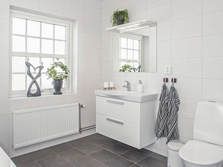 Cobb Bay - ett tvåplanshus i New Englandstil från Myresjöhus Helt ok kakelkombo för badrum - tråkiga handtag på kommoden dock samt tråkig toastol