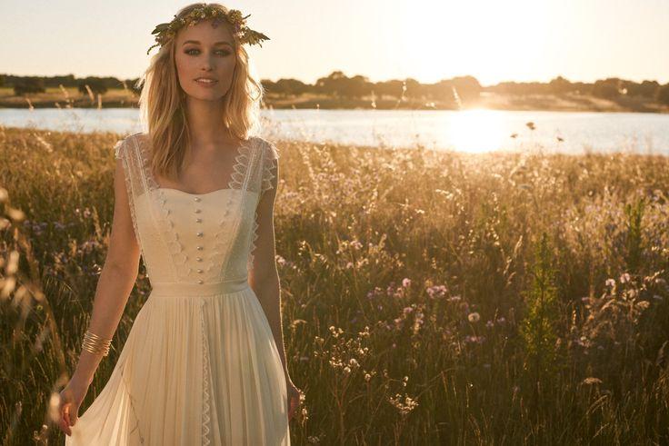 Rembo styling — Collectie 2017 — Jacky: Crèmekleurige vintage jurk met knopen en kanten bandjes.