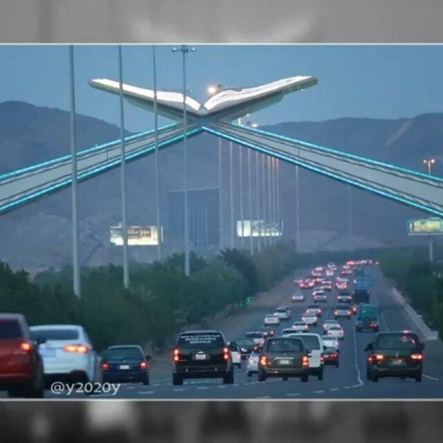 Video jalan menuju kota Makkah. . Yuk tag sahabat-sahabat tercinta . .  Follow @MekahMadinahID @MekahMadinahID  .  Semoga Kita Bisa Melihat Langsung Jalan ini Saat Nanti Berkunjung ke Mekkah.. Aamiin  Video dari @y2020y
