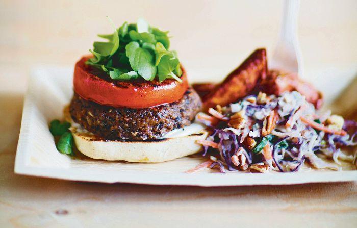 """Mustapavuista saa muhkean mutta terveyttä tihkuvan pihvin burgeriin. Pihvit voi viimeistellä hiiligrillissä ja tarjota ilman sämpylän yläpuoliskoa """"open top""""-burgerina. Vegaaninen coleslaw ja bataattiranskalaiset viimeistelevät ravintolatasoisen annoksen."""
