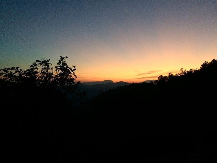 Hoy es uno de esos días donde pensás mucho en el tiempo en la vida y los cambios drásticos a los que la vida te somete para crecer un poquito para brillar un poquito más  Bueno no fue la vida yo lo decidí y la vida aceptó.   #guatemala #andodeviaje #undia #traveling #natgeotravel #guatemalacom #bajaverapaz #perhapsyouneedalittleguatemala #amigosaldea #solarpower #sunset