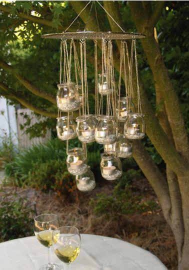 Pour faire ce lampion à bougie en forme de lustre pour le jardin, il faut quelques pots de verre de récup, une chaine à perle métallique et une grille…