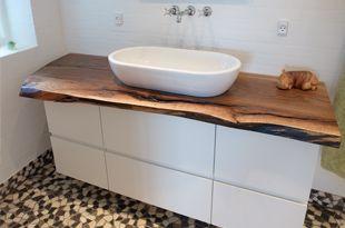 Badeværelsesmøbel med rå udskåret bordplade.