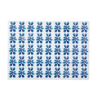 Brighten up the table setting with the Blues placemat by Opto Design! The placemat is made of PET plastic and has a lovely blue-white pattern that was designed by Stig Lindberg during the 1970's. It's a true retro pattern and was originally printed on cups, bowls and plates of melamine. The placemat is a part of the modern collection that was taken in production by Opto Design and Stig Lindberg's son Lars Lindberg in 2015. Match it with other kitchen products in the Blues series.