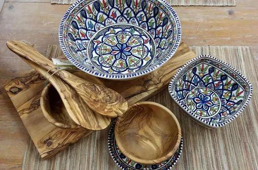 Tunesisch aardewerk gecombineerd met olijfhout. Prachtig toch?! Voor meer moois, kijk op www.boxez.nl