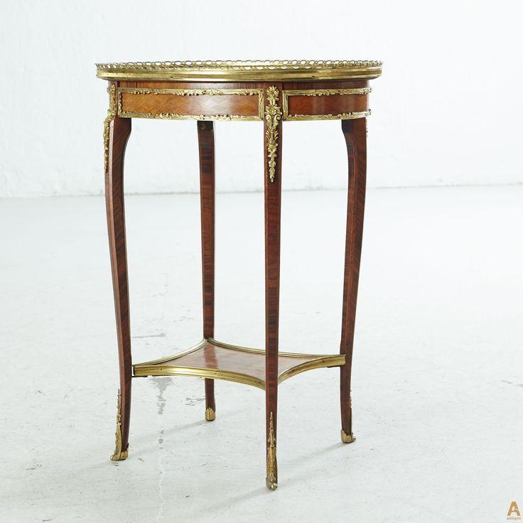 Богато украшенный салонный столик. Маркетри палисандром и красным деревом. Столешница из насыщенного текстурой мрамора. Накладки из позолоченной бронзы и латуни.