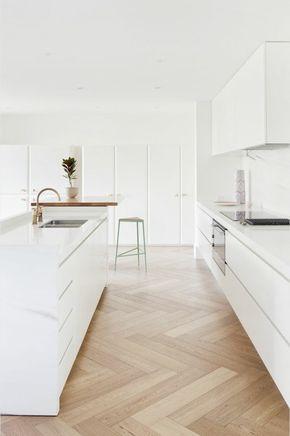 cuisine sol en parquet clair pas cher, meubles blancs, idee amenagement cuisine