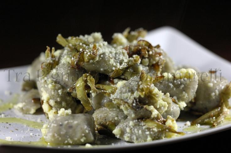 Gnocchi di patate e fagioli neri, con carciofi romaneschi croccanti e Castelmagno