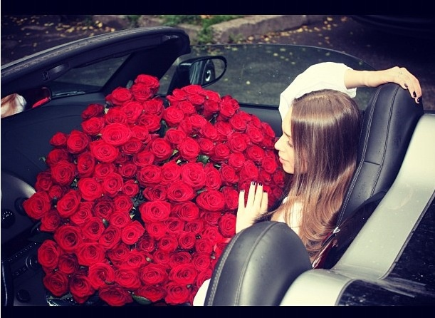 Girl In The Car With Red Roses Girls Desires