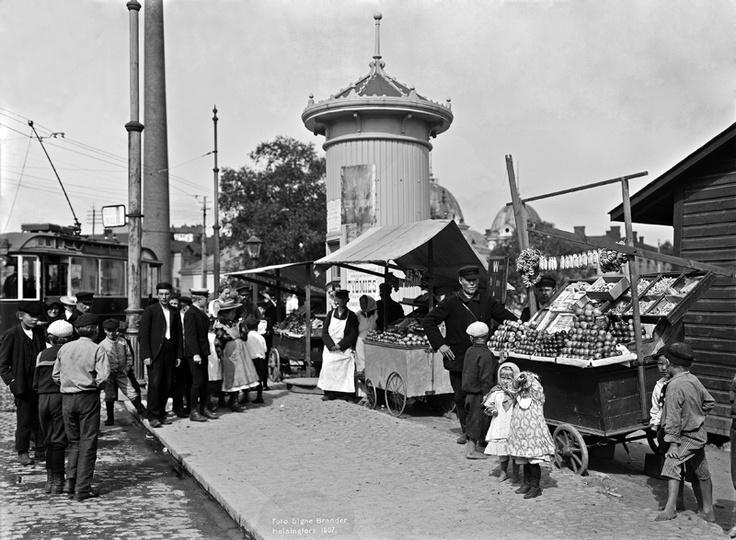 Venäläisiä hedelmäkauppiaita Hakaniemen torilla. Foto: Signe Brander, 1907.