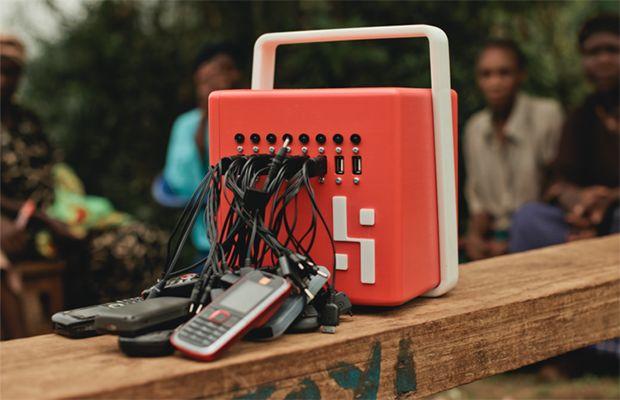 Caricabatterie per cellulare BuffaloGrid.  Pensato per le aree dove il cellulare è indispensabile e non c'è rete elettrica.