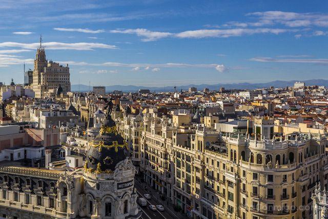 Cuando viajamos a otras grandes ciudades, siempre nos preguntamos dónde están las mejores vistas panorámicas, dónde ver las mejores puestas de sol, etc. En Madrid, sin embargo, nunca nos lo habíamos planteado. Bueno, sí, habíamos ido muchas veces al templo de Debod a ver la puesta de sol o a