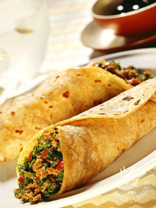 Burritos di carne piccante: gustosissime tortillas tex mex farcite con carne di maiale macinata e speziata e ortaggi, per un pieno di gusto!
