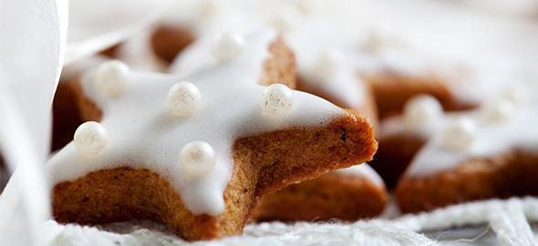 Τα Χριστούγεννα πλησιάζουν και τι καλύτερο από μια πιατέλα, ζεστά, χριστουγεννιάτικα, «μαμαδίσια» μπισκότα; Δείτε στην συνταγή βήμα-βήμα, πώς να τα κάνετε!