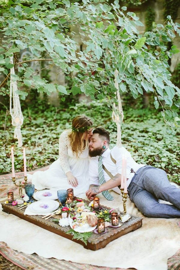 Casual picnic setting - perfect for an elopement | Photo by Kaytee Lauren