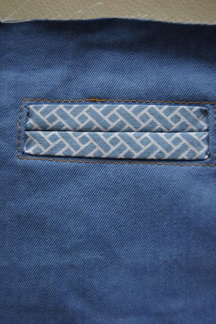 Ik hou van broekjes maken omdat je er oneindig mee kunt varieren. Voor Kleine Pluis maakte ik dit keer een broekje met paspelzakjes. Geen id...