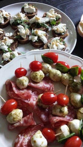 Geitenkaas met rucola honing en pijnboompitjes en mozzarella tomaat basilicum / Italiaanse worst