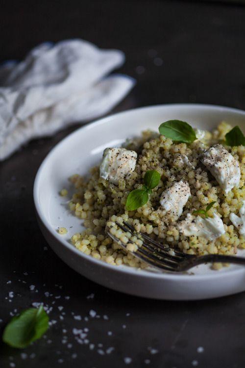 Encore une fois le blogue 3 fois par jour nous épate! Couscous israélien pesto d'amandes et mozzarella di Bufala. Hummmm!