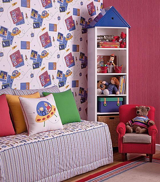 O papel de parede é sempre uma ótima opção para compor a decoração do quarto das crianças. O uso do papel de parede vinílico estampado com robôs deixa a decoração divertida e descontraída. Utilizá-lo junto com um papel de parede listrado com cores quentes, como o vermelho, ajuda a deixar a decoração mais alegre e com a cara dos pequenos.