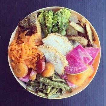 ある日の「お弁当」。 ~ボリュームたっぷり~ 人参や大根、いんげん豆やブロッコリー、ゴボウや鮭等など。食材の色がこんなに綺麗に映えたお弁当なら、きっと食味も香りも良いはず。