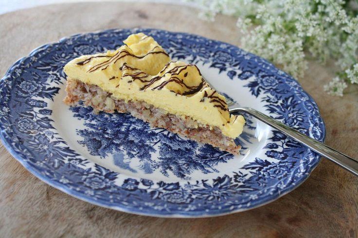 Glutenfri suksessterte - Trenger du en glutenfri kake til bryllup eller en bursdagsfest? Her er kaken alle kan spise. Suksessterte er en kake laget av de fineste råvarer som mandler, eggeplommer, fløte og smør. Vår suksessterte holder til et stort selskap på 15- 20 stykker. Den spises helst i små stykker og kan gjerne fryses. Har du ikke tid og anledning til å lage mandelbunnen er et alternativ å lage bunnen av ferdig kransekakemasse. Lages i springform på ca. 26-28 cm