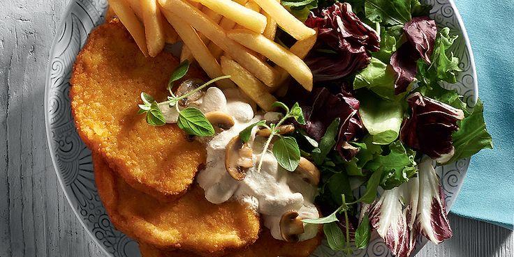 Σνίτσελ κοτόπουλου με τηγανητές πατάτες και σάλτσα μανιταριών