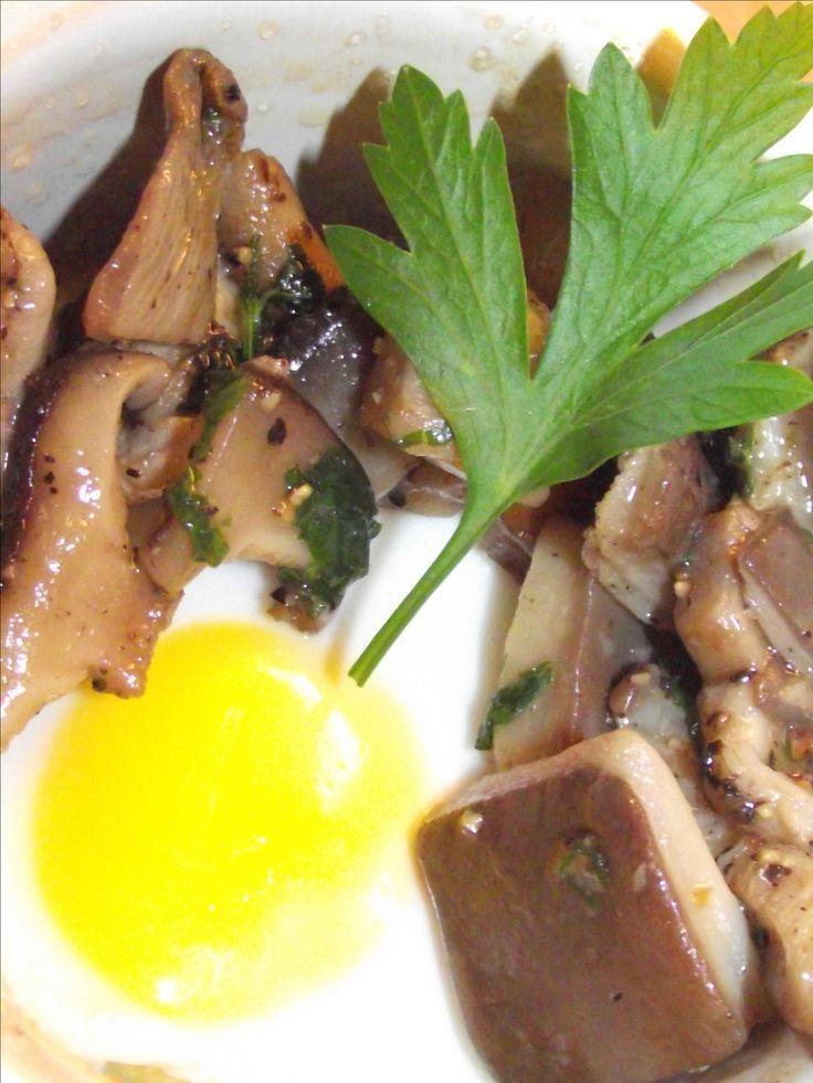 """750g vous propose la recette """"Oeuf cocotte au bain marie et poêlée de champignons sauvages"""" publiée par Cuisine avec Kevin."""