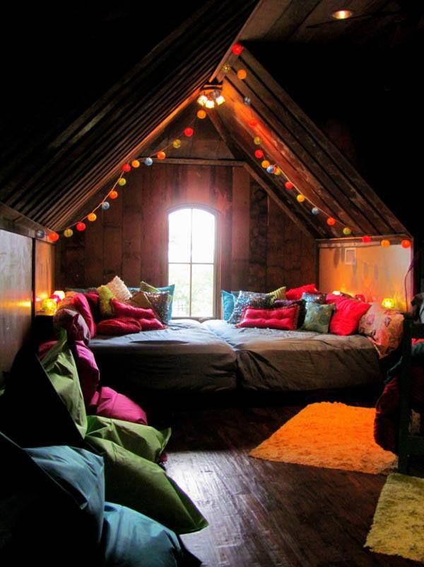 Tweepersoons bed op zolder met verlichting