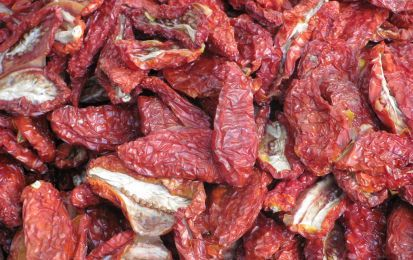 Pomodori secchi sott'olio - I pomodori secchi sott'olio sono un metodo di conservazione molto usato nelle regioni centro-meridionali, sia per l'abbondante varietà dei pomodori, sia per la disponibilità del sole, necessario per l'essiccazione.