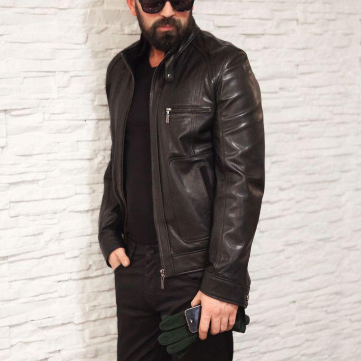 Baştan ayağa siyah parçaları, bir de erkek gardıroplarının en stil parçası deri ceketle birleştirdiğinizde 'cool' bir görünüm yakalarsınız..! #Ramsey #fashion #fashioninstagram #trends #instablogger #trendy #casual #look #instastyle #styling #moda #fashionstyle #menfashion #menstyle #suit #2015 #moda #erkekmodasi #clothes #fashion #man #love #Мужскаямода #Мужскойстиль #Мода www.ramsey.com.tr