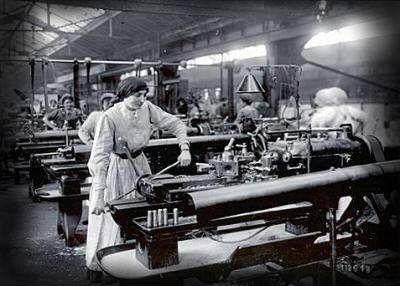 La Mujer en la Primera Guerra Mundial. La Primera Guerra Mundial creó nuevos papeles para la mujer. Al haber tantos hombres luchando en el frente, las mujeres fueron llamadas a asumir trabajos y responsabilidades que antes  no habían estado disponibles para ellas.   En total 1.345.000 mujeres obtuvieron nuevos trabajos o sustituyeron a los  hombres durante la guerra.
