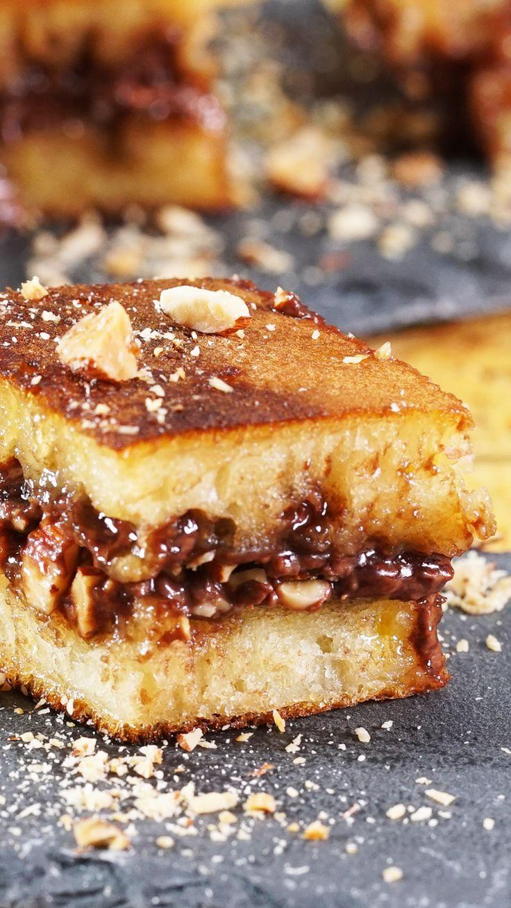 """Martabak manis adalah salah satu """"kue"""" indonesia yang menjadi makanan terfavorit masyarakat Indonesia. Kali ini, martabak manis akan diberi topping Nutella yang kaya akan rasa cokelat dan kacangnya. Kebayang kan nikmatnya seperti apa?"""