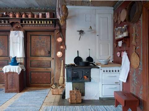 300 ÅR GAMMEL HYTTE: Den gamle vedovnen fungerer utmerket til å lage mat på. Kaffekjeler og boller av kobber fulgte med gården. Det samme gjorde stekepanner, vaffeljern og jerngryten. Karin er selv født på den gamle gården fra midten av 1700-tallet, der hennes besteforeldre også bodde.