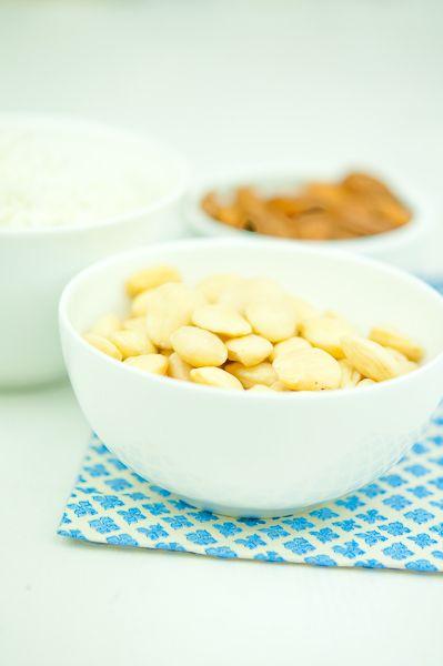 Два главных ингредиента для приготовления макаронс – миндальная мука и куриный белок (интересно, что никто из знакомых мне авторов не пытался сделать макаронс…