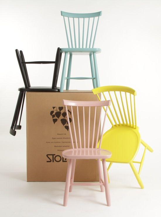 stoelen in verschillende kleuren.